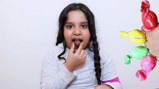 طفلة تعلم الألوان مع شكولاتة  !!!!