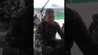 Aksi lucu tentara menirukan suara terompet upacara