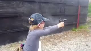 garota atirando