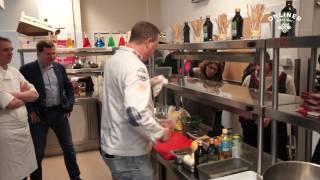 Британский повар учит белорусских женщин готовить блюдо из картошки