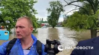 Спасатели плывут за лодкой Аксенова