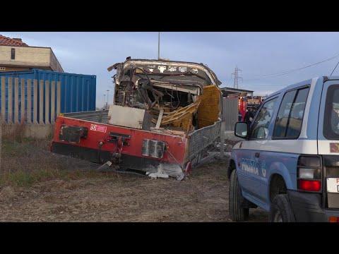 Treno deragliato a Lodi, la locomotiva sbalzata via dopo l'incidente