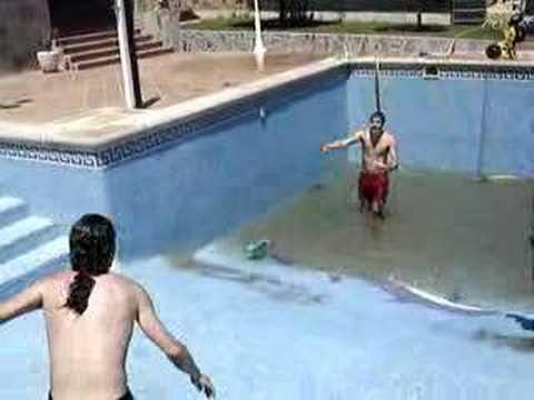 Fiesta de la piscina sin agua youtube - Agua de la piscina turbia ...