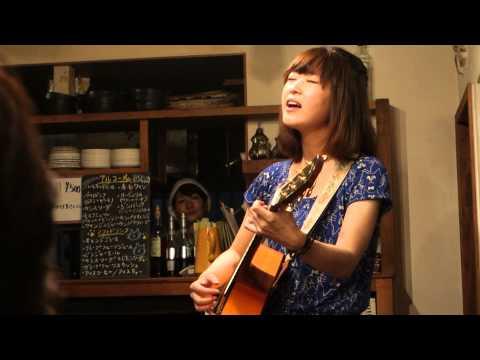 2014年9月21日に福岡のキラキラカフェとねりこで行われた、ももちひろこさんのアコースティックLiveの模様です。 瞳のシャッターをギター一本ア...