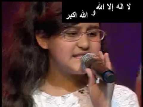 طفلة تركية تغني أغنية أمي