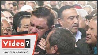 معتز الدمرداش يبكى قبل أداء صلاة الجنازة على والدته كريمة مختار