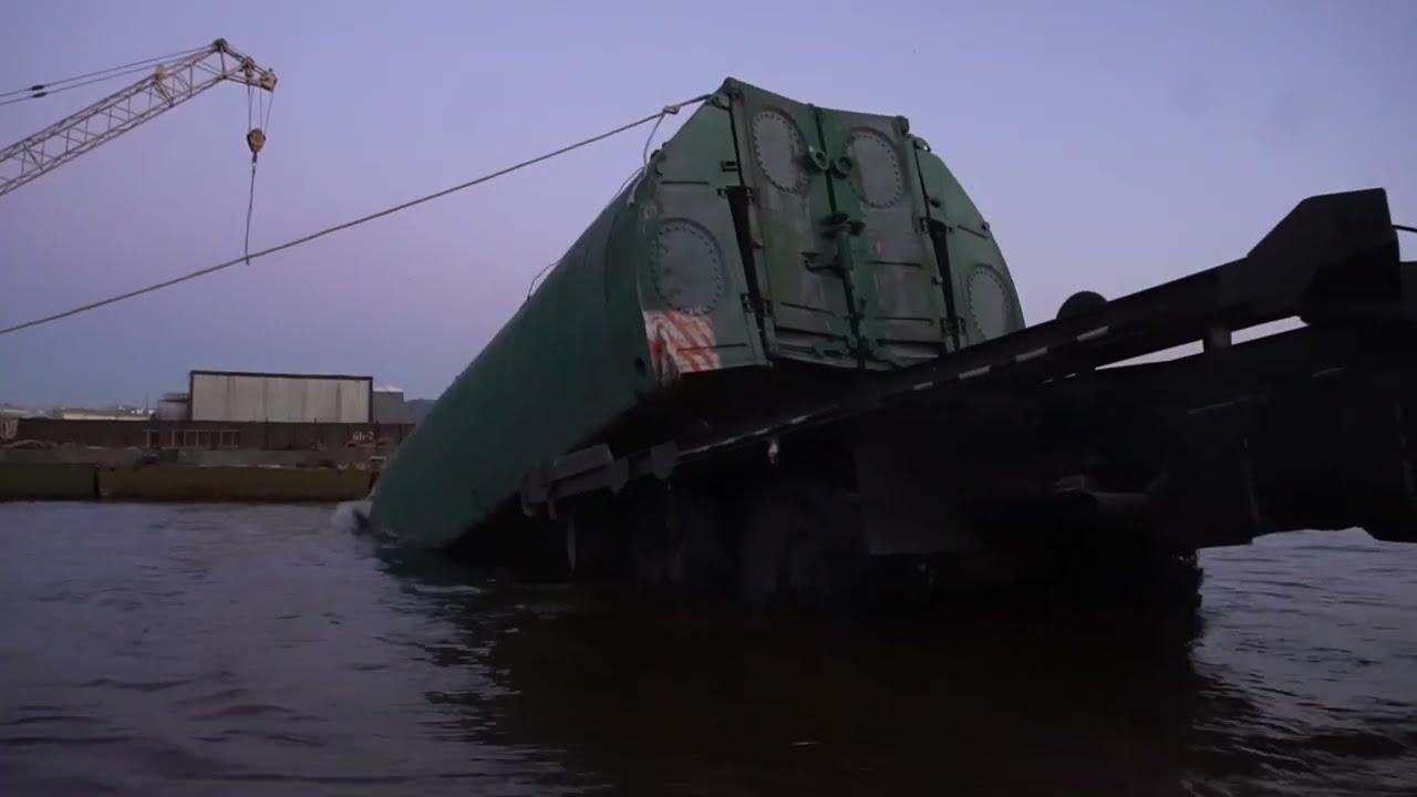 Наведение военными инженерами понтонного моста на Неве