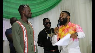 Jigan baba oja and Woli Arole blasts themselves on stage and crowd burst into laughter.