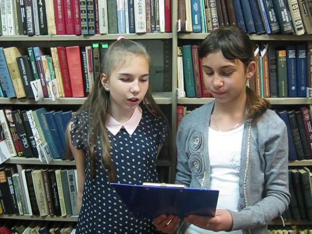 Изображение предпросмотра прочтения – «Подружки» читают произведение «Железная дорога» Н.А.Некрасова