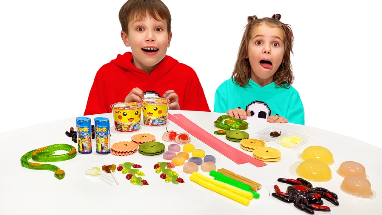 Макс и папа играют с Катей в челлендж со сладкой едой