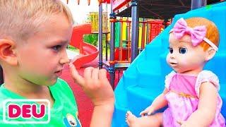 Vlad und Nikita spielen auf dem Outdoor-Spielplatz mit Puppen