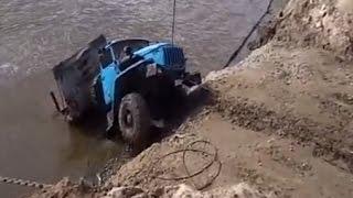 'Урал' с трубами утонул на переправе в Иртыше + спасение