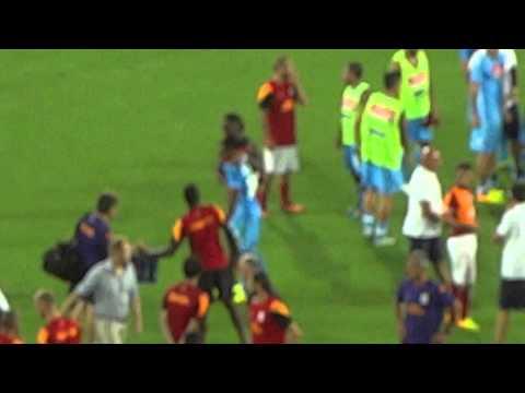 Napoli - Galatasaray fine partita i giocatori abbracciano Zuniga, anche Drogba e SneIjder