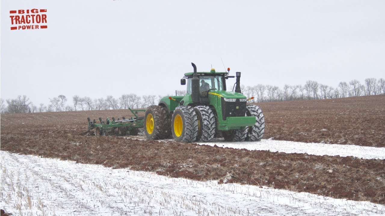 Download 570 hp JOHN DEERE 9570R Tractor Chisel Plowing in the Snow
