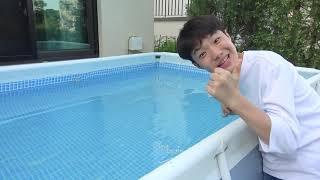 오빠! 음료수 다 먹으면 어떡해!! 유니의 컬러풀한 수영장 만들기 놀이 Yuni play with magic water colored pool for kids - Romiyu