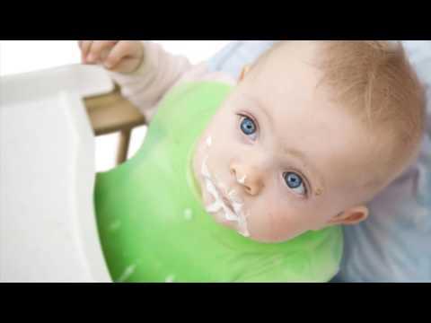 Почему ребенок срыгивает после кормления грудным молоком?