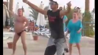 Gordo bailando aerobic en la playa