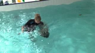 Ваня достает игрушку- Обучение плаванию в бассейне в Минске для детей (Курсы,Секция,занятия)