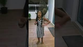 La hija de la Insuperable cantando cuál  es la Vaina
