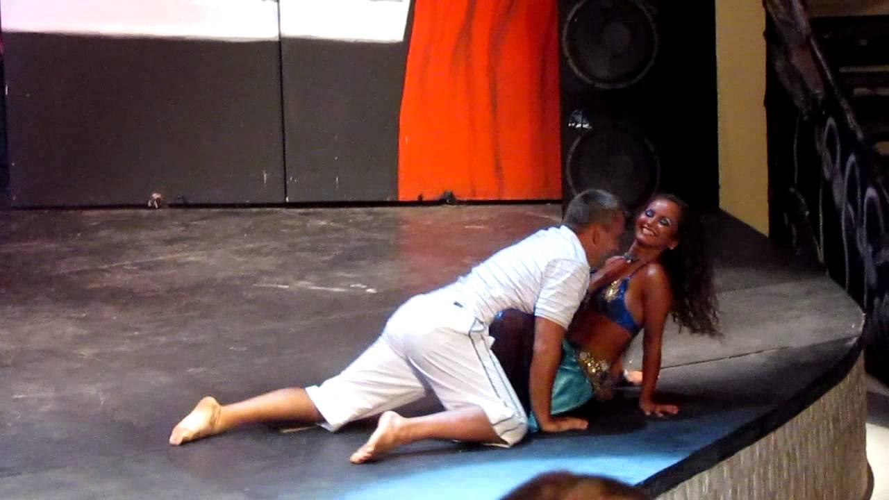 Девушки танцуют перед мужчинами