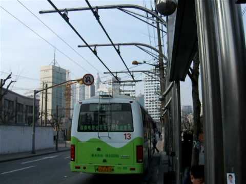 上海超電容公車升弓充電 china Shanghai bus powered by electricity, stop and charging
