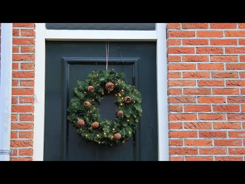 Use This Trick To Hang A Wreath Without Making Holes In Your Door