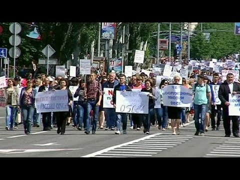 Thousands rally in eastern Ukraine against armed OSCE mission