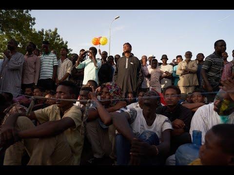 الشرطة السودانية تطلق الغاز المسيل على المتظاهرين  - 11:54-2019 / 6 / 9