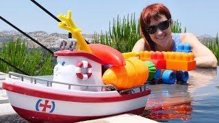 Маша Капуки играет с корабликом Элаяс. Видео для детей.