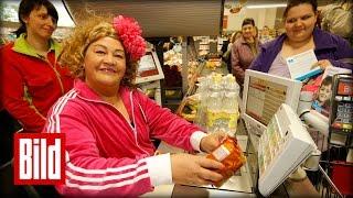 """Cindy aus Marzahn an der Kasse im Supermarkt - """"Nicht vergessen, wo man herkommt"""" (Hartz 4)"""