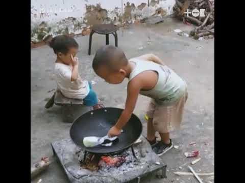 Мальчик готовит еду для младшей сестрички Брат эта сила - YouTube