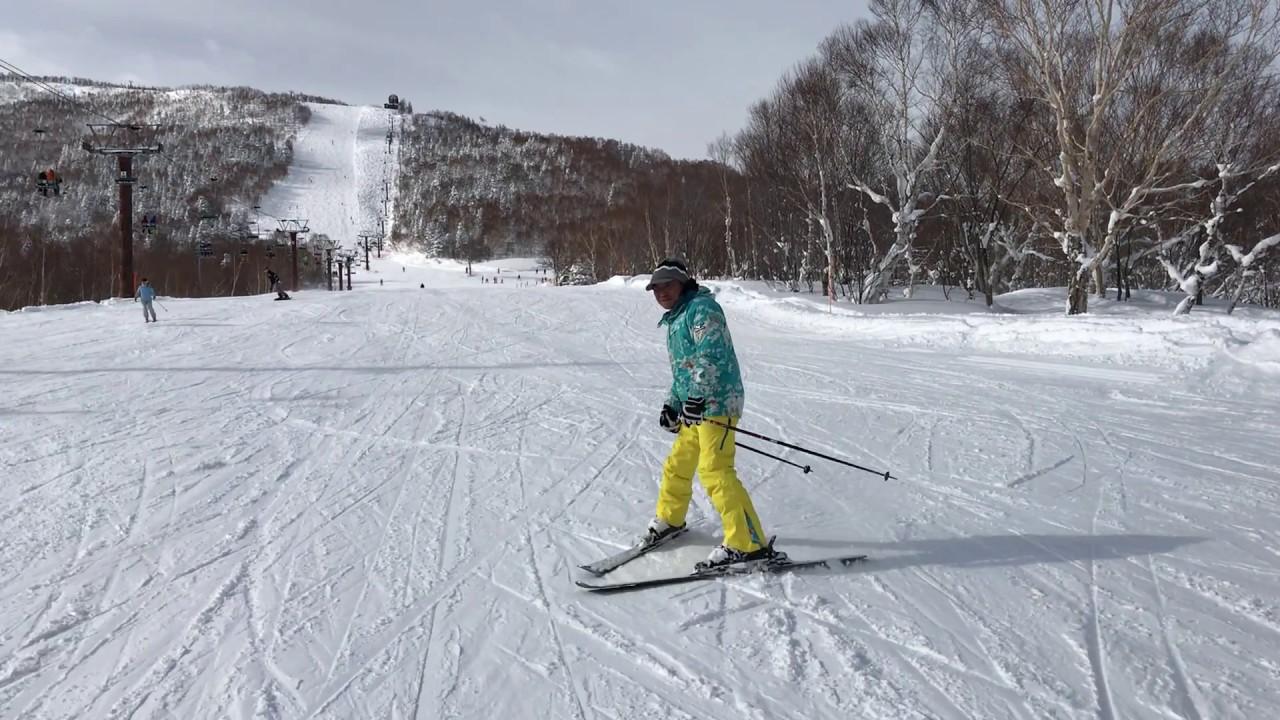 スキーを滑るウチナーンチュのハルサー - YouTube