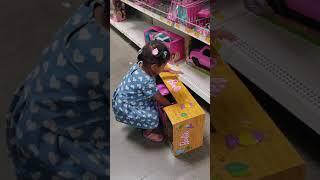 3-річний Д Арі могили не можете вирішити, яку іграшку купити дивитися до кінця