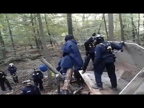 فيديو: اشتباكات بين نشطاء والشرطة الألمانية احتجاجا على إزالة غابة…