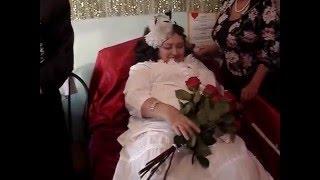 не попал жених в губы невесты,зато +розы поцеловал.