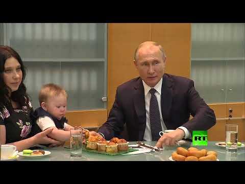 بوتين يحتسي الشاي