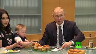 بوتين يحتسي الشاي مع امرأة وأطفالها التسعة ويطعم صغيرها