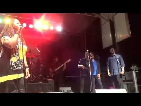 Anita Baker Joins Lalah Hathaway on Stage LIVE