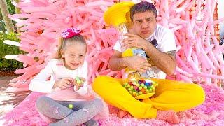 Nastya làm những việc tốt và cha thưởng cho cô ấy đồ ngọt