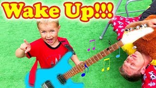 Музыкальные Инструменты для Детей   Кирилл будит спящего папу