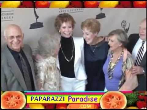 Download VALERIE HARPER and 'MARY TYLER MOORE SHOW' castmates reunite - 2008