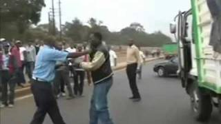 Repeat youtube video Kenyan Traffic Cop, Driver In Endless Fight