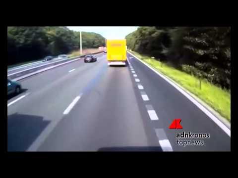 Donna tenta il sorpasso a destra e rimane schiacciata tra due camion