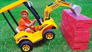 Tractor rompe las paredes   Vlad monta en la rueda motriz para ayudar a los niños