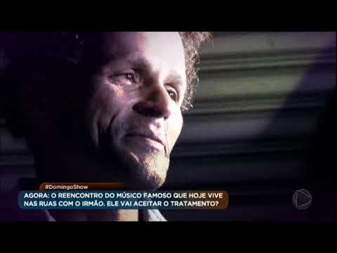 Após anos morando nas ruas de São Paulo, Charles da Flauta se emociona ao reencontrar o irmão