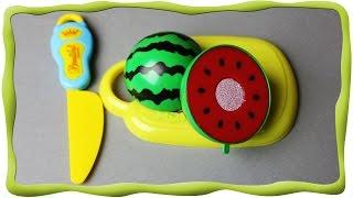 Игрушечные фрукты, Эмилюша режет овощи, варит овощной суп для Пеппы, готовит фруктовый салат(В этом видео мы использовали 2 набора овощей и фруктов. Овощи и фрукты - пластмассовые игрушки в виде копии..., 2015-09-07T18:50:43.000Z)