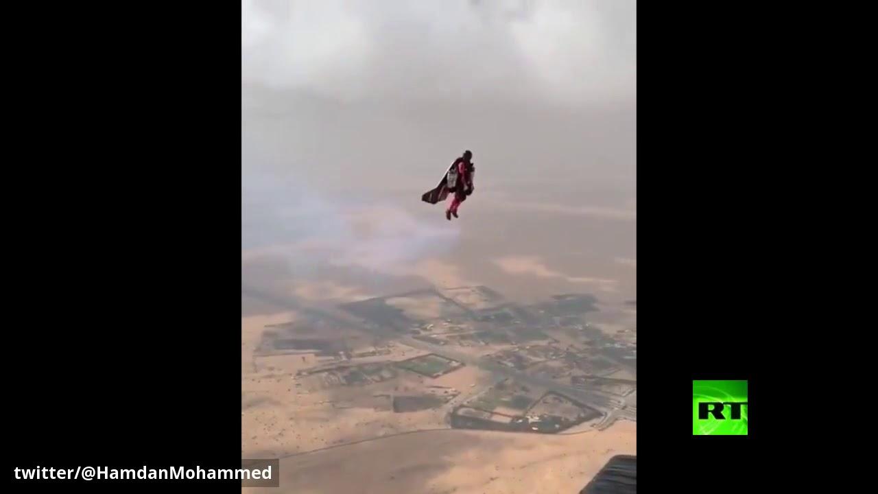 ولي عهد دبي يرتدي محركات نفاثة ويطير في الجو
