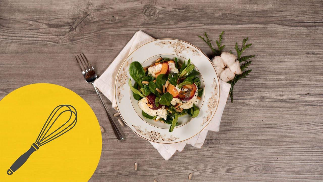 salat mit gegrilltem ziegenk se und pflaumen leichtes winterrezept mit honig orangen dressing. Black Bedroom Furniture Sets. Home Design Ideas