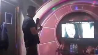 Phía sau một cô gái cover karaoke