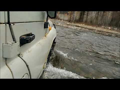 Переправа через сибирскую горную реку на автомобиле УАЗ